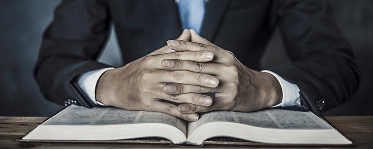 指を組む弁護士