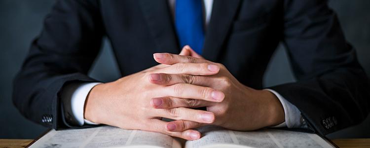 誹謗中傷の判例を説明する男性