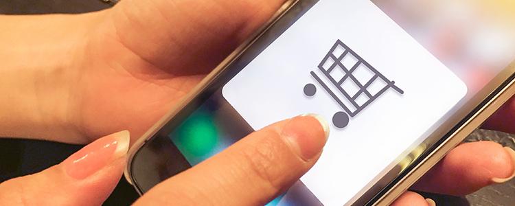 スマートフォンで買い物を楽しむ人